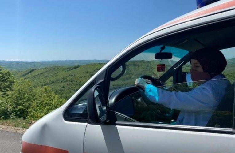 Gruaja me mbulesë, Infermiere dhe vozitëse e autoambulancës në Podujevë
