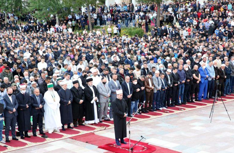 Në Tiranë mbushet sheshi qendër për faljen e Fitër Bajramit