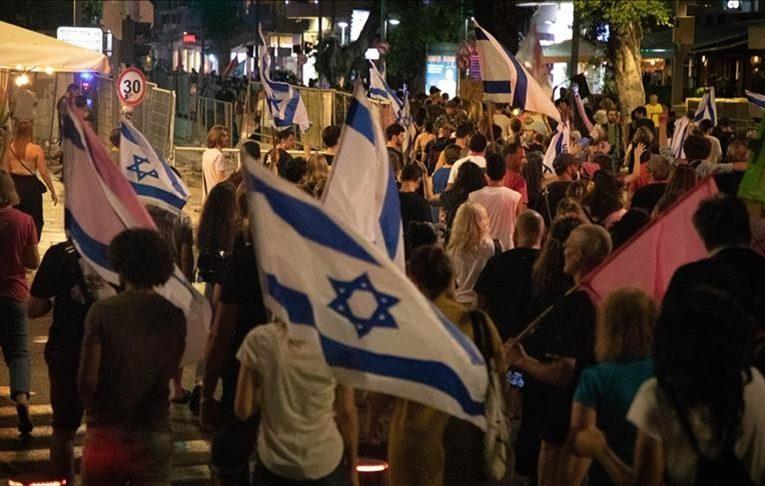 Mijëra izraelitë në Tel Aviv festojnë ikjen e Netanyahut