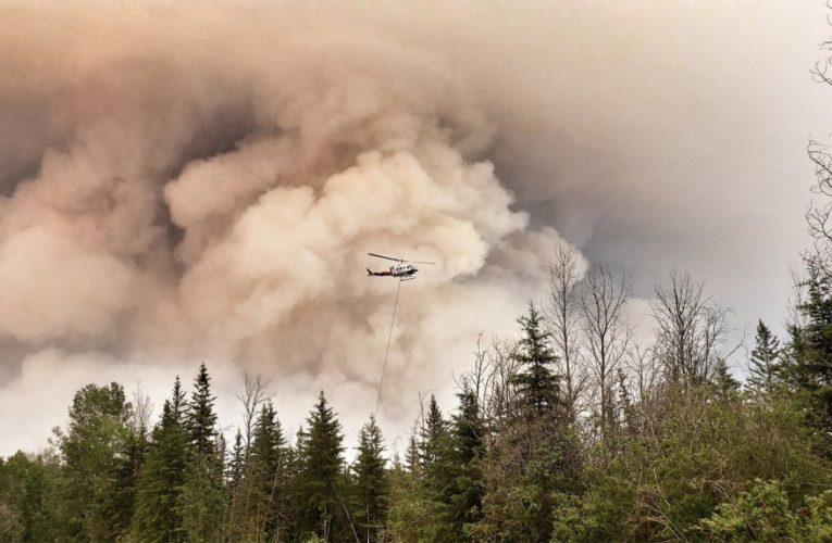 Kanadaja përballet me zjarre